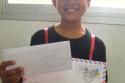 Surat dimasukkan dalam amplop dan ditulisi alamat, siap untuk diposkan.