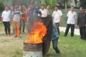 Pak Andi praktik memadamkan api.