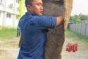 pelatihan-dilanjutkan-dengan-praktik-langsung-mula-mula-dengan-alat-kovensional-yaitu-karung-goni-basah-demikian-cara-memegang-karung-goni-agar-kita-terlindung-dari-sambaran-api